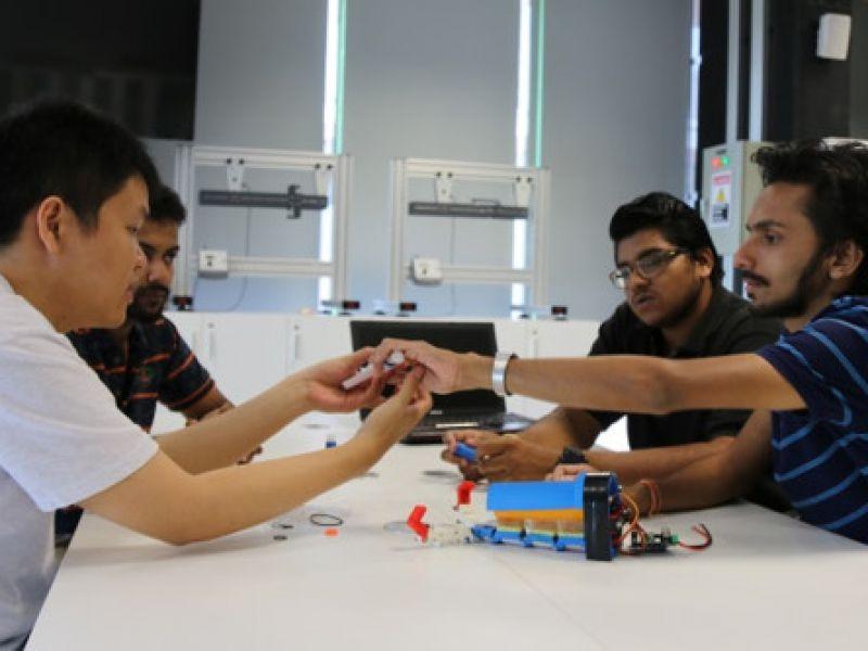 Sinh viên RMIT tham gia làm tay điện cho người khuyết tật