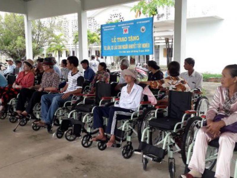 Chương trình trao tặng xe lăn, xe lắc cho người khuyết tật và bệnh nhân nghèo
