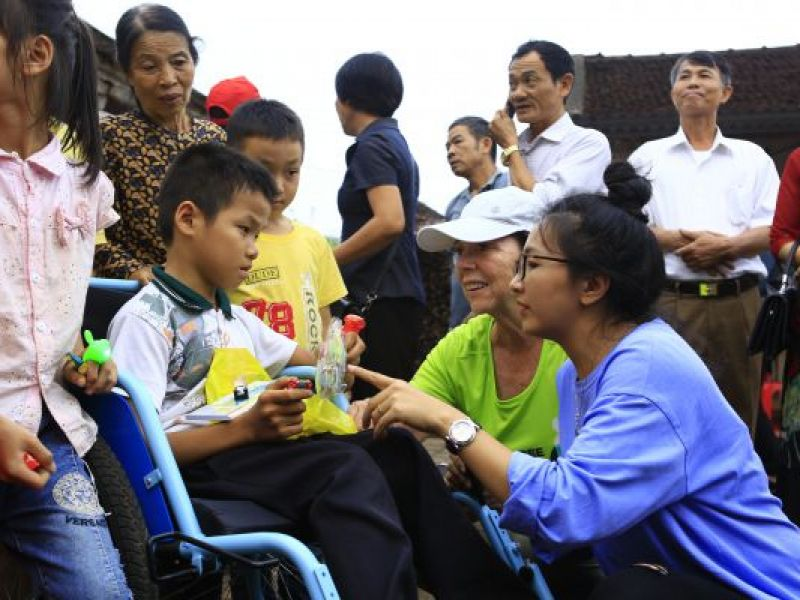 Kiểm tra và trao xe lăn cho người khuyết tật Thanh Hóa