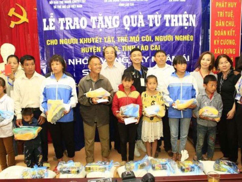 Trao 300 phần quà cho bà con người dân tộc nghèo huyện SaPa, tỉnh Lào Cai