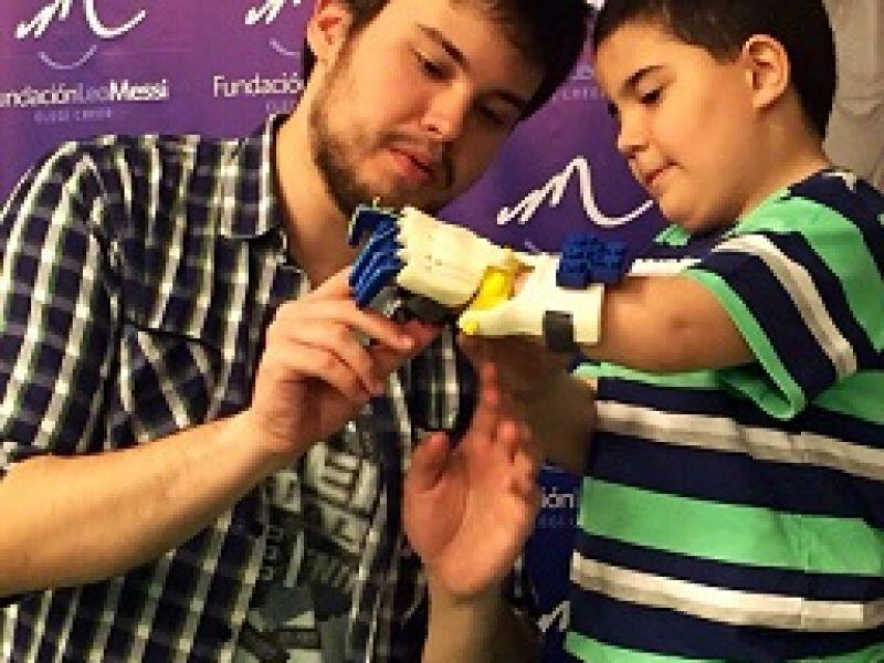 Chàng trai chế hàng loạt chân, tay giả giá rẻ bằng công nghệ in 3D cho trẻ khuyết tật