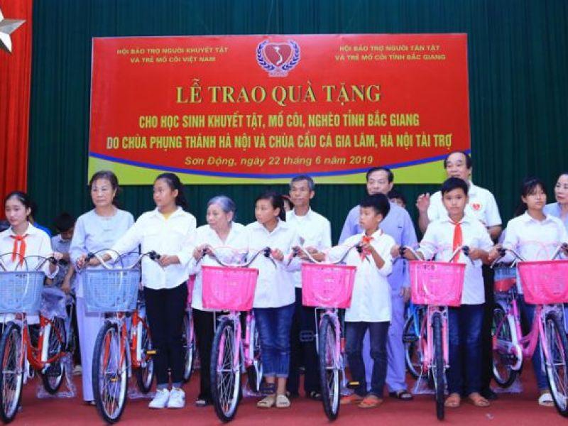 Trao 100 phần quà cho học sinh khuyết tật, mồ côi tỉnh Bắc Giang