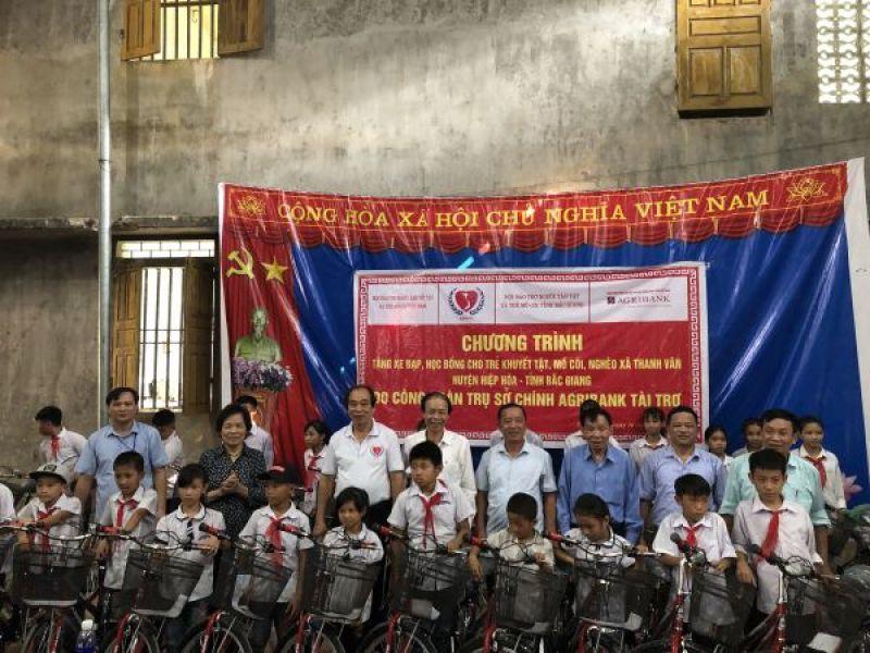 Trung ương Hội:  Tặng quà, học bổng và xe đạp cho người khuyết tật, trẻ mồ côi, nghèo tỉnh Bắc Giang