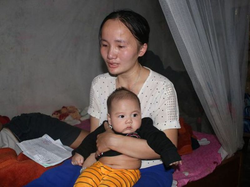 Vợ bệnh não ôm 3 con thơ bất lực nhìn chồng sắp mù