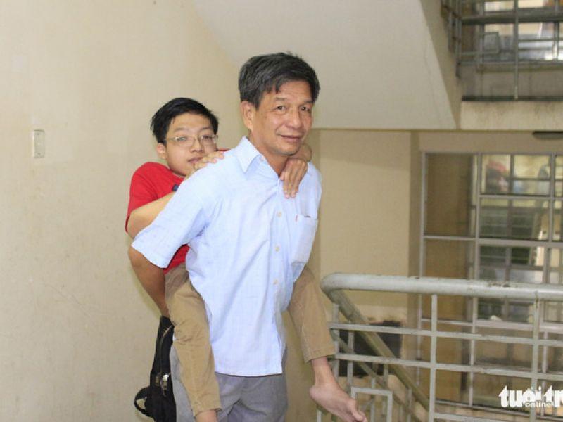 14 năm đi học trên vai cha vì chứng xương quằn