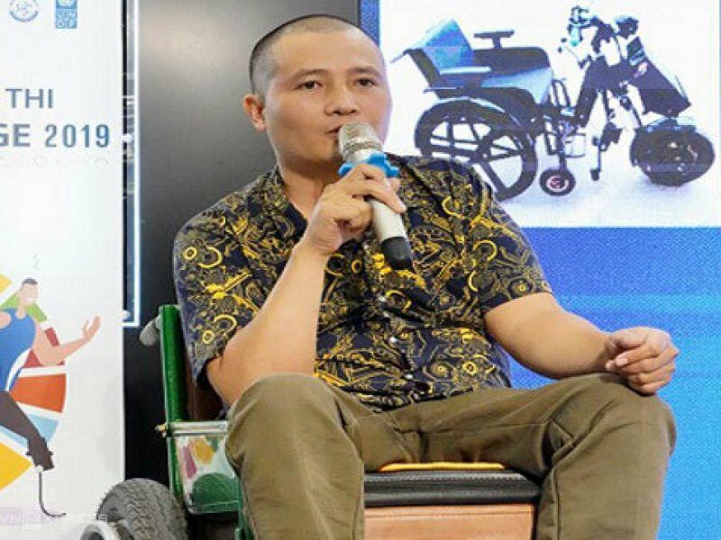 Người đàn ông khuyết tật chế tạo xe lăn tự động