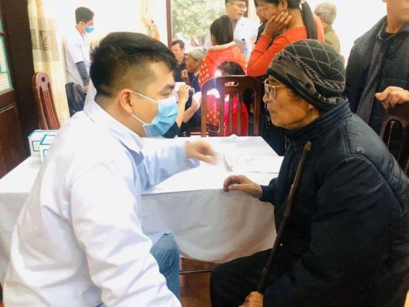 Khám bệnh cấp thuốc miễn phí và tặng quà cho NKT, người nghèo Hà Nội
