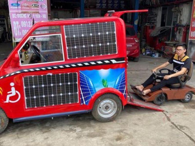 """Nam sinh lớp 12 """"trình làng"""" ô tô dành cho người khuyết tật chạy bằng năng lượng mặt trời"""