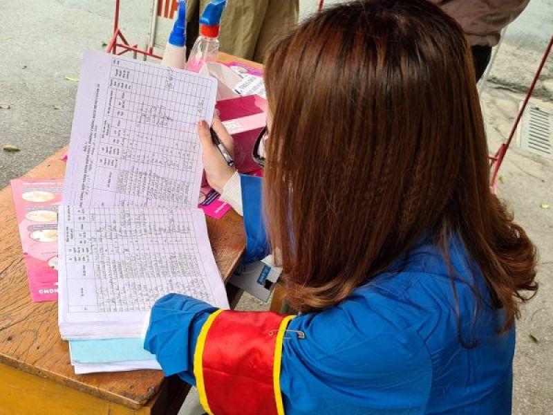 Cô gái khuyết tật một tay xung phong tham gia chốt kiểm soát dịch COVID-19 tại Tổ dân phố 16 (phường Thành Tô, quận Hải An)