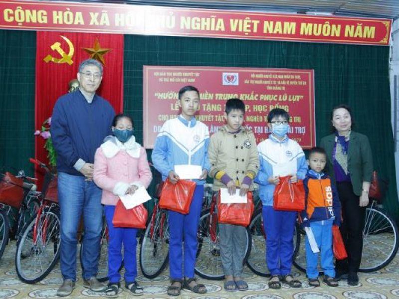 Trao 270 xe đạp và học bổng cho học sinh bị ảnh hưởng do thiên lũ lụt