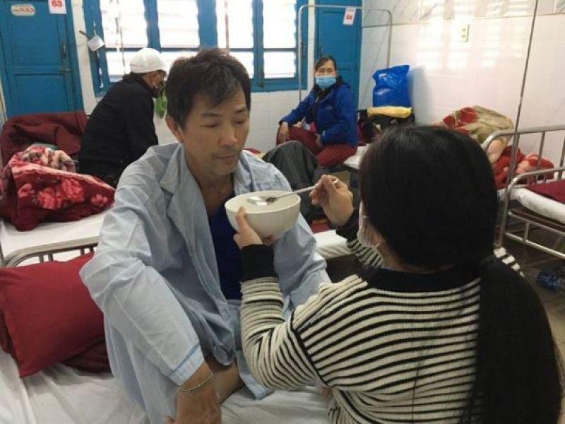 Lá lành đùm lá rách: Xót thương cô bé khuyết tật chăm cha bệnh nặng
