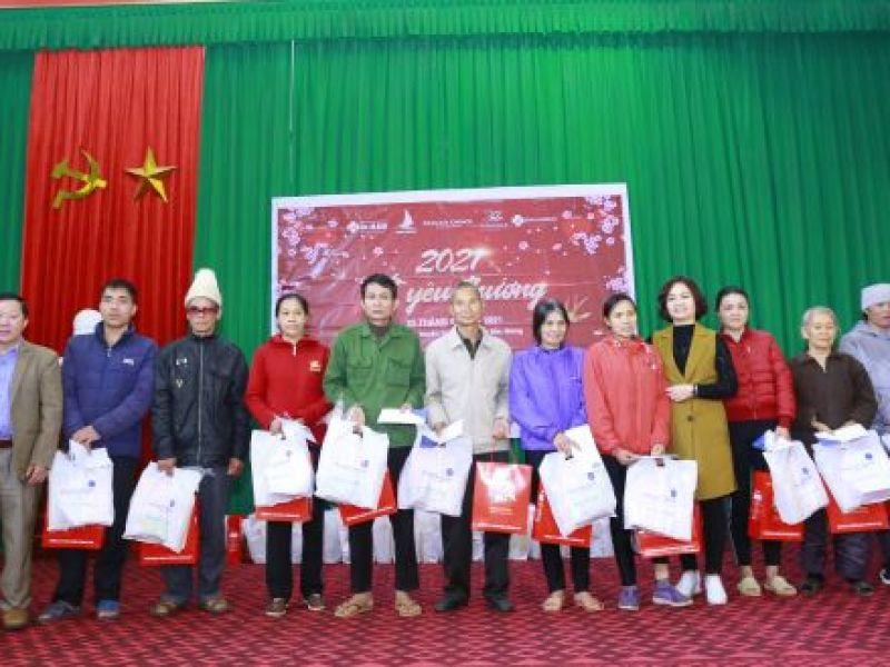 Tặng 100 suất quà Tết cho người khuyết tật trẻ mồ côi, gia đình chính sách, người nghèo huyện Sơn Động.