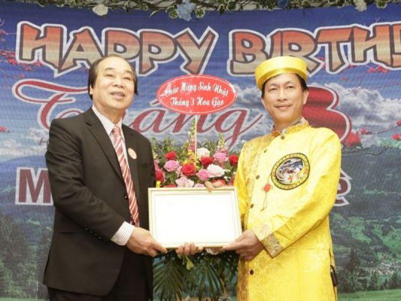 Trung ương Hội trao biển tri ân nhóm từ thiện Tân Hợi 12 mùa hoa
