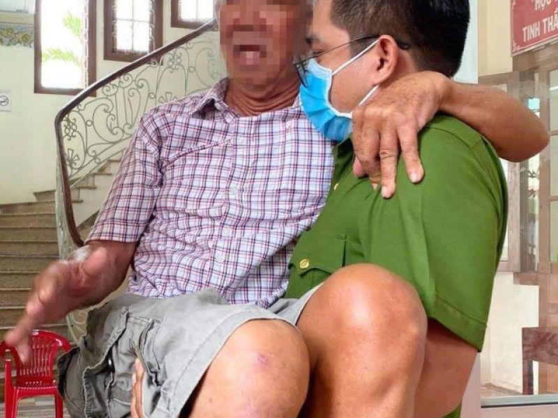 Bạc Liêu: Chiến sĩ công an bế cụ ông khuyết tật khi đến làm căn cước công dân