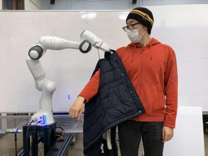 Robot giúp người khuyết tật mặc quần áo