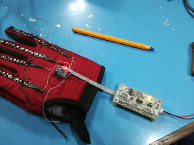 Chàng trai 25 tuổi chế tạo `găng tay biết nói` dành cho người điếc