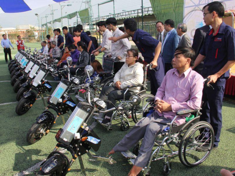 Sinh viên chế tạo xe `2 trong 1` tặng người khuyết tật