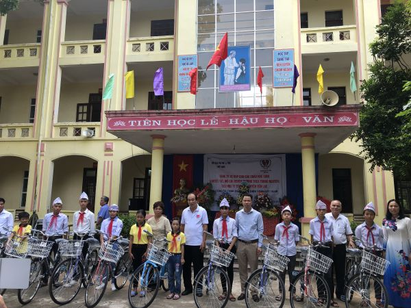 Trung ương Hội:  Dự lễ khai giảng năm học mới và trao 20 xe đạp cho học sinh khuyết tật, mồ côi