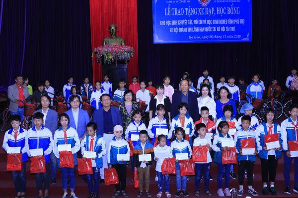 Trao quà cho trẻ mồ côi, khuyết tật và hộ nghèo tỉnh Phú Thọ