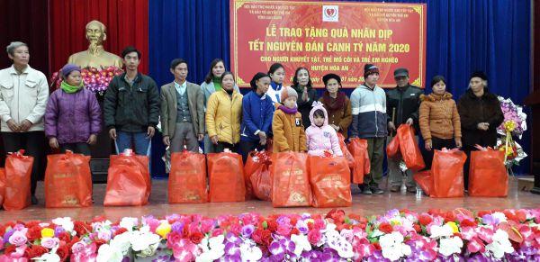 Tặng quà huyện Hòa An 60 xuất