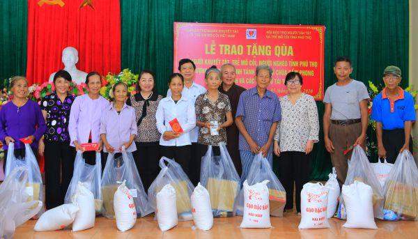Chùa Cẩm Phong, tỉnh Tây Ninh  trao 400 phần quà cho người già, người khuyết tật, người nghèo tỉnh Hà Giang và Phú Thọ.