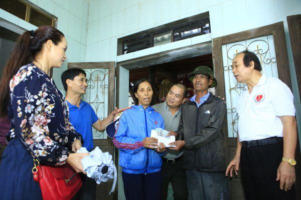 """Quỹ """"Đứa bé và những người bạn"""" trao tặng gần 900 triệu đồng cho người dân vùng lũ Quảng Bình"""