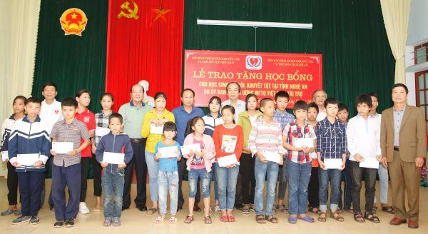 Trao tặng 100 phần quà  cho học sinh mồ côi, khuyết tật huyện Nghĩa Đàn,  Quỳ Hợp, tỉnh Nghệ An.