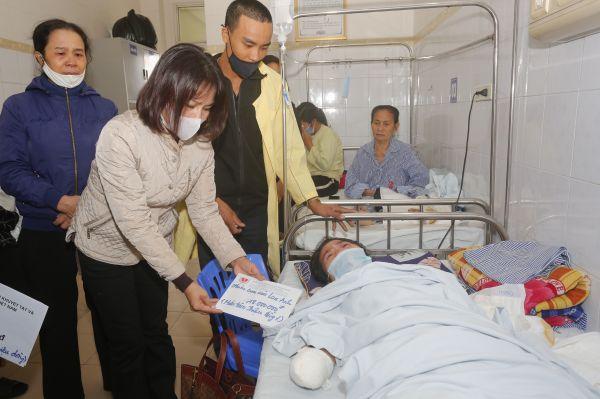 Trao 25 triệu đồng trợ giúp gia đình chị Nguyễn Thị Nguyện