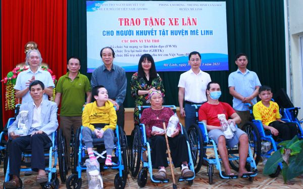 Trao tặng 56 chiếc xe lăn cho người khuyết tật huyện Mê linh và Quốc Oai, thành phố Hà Nội